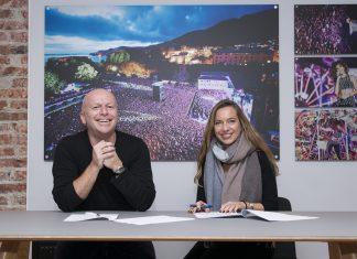 Bergen Live-sjef Frank Nes og Leder for Marked og Kommunikasjon i Sparebanken Vest Marianne Frønsdal under avtalesigneringen på Bergenhus Festning (Foto: Ronny Rosenberg)