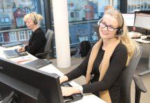 Iselin og kollegaene hennes hjelper kundene til Sparebanken Vest hver dag mellom klokken 7 og 23. Stadig mer av kundekontakten foregår via chat i appen. – Selv 80-åringer chatter nå ivrig med oss når de trenger hjelp, forteller Iselin (Foto: Sparebanken Vest).