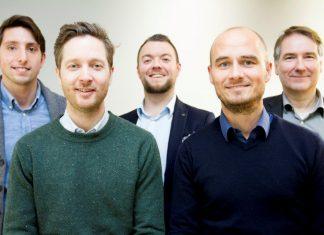 Ørjan Askeland (foran til høyre) og fire av hans plasseringsrådgivere. Foreløpig er avdelingen svært mannsdominert, kanskje endrer det seg litt til det bedre når de nå skal forsterke laget (Foto:Sparebanken Vest).