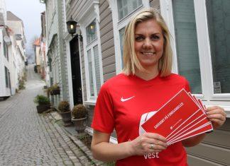 Markedskonsulent Helene Edvardsen forteller at aksjefond er en populær gave. Gavekort får du i alle våre filialer. Kjøper du aksjefond til konfirmanten på spv.no kan du printe ut gavekortet der og da (Foto: Sparebanken Vest)