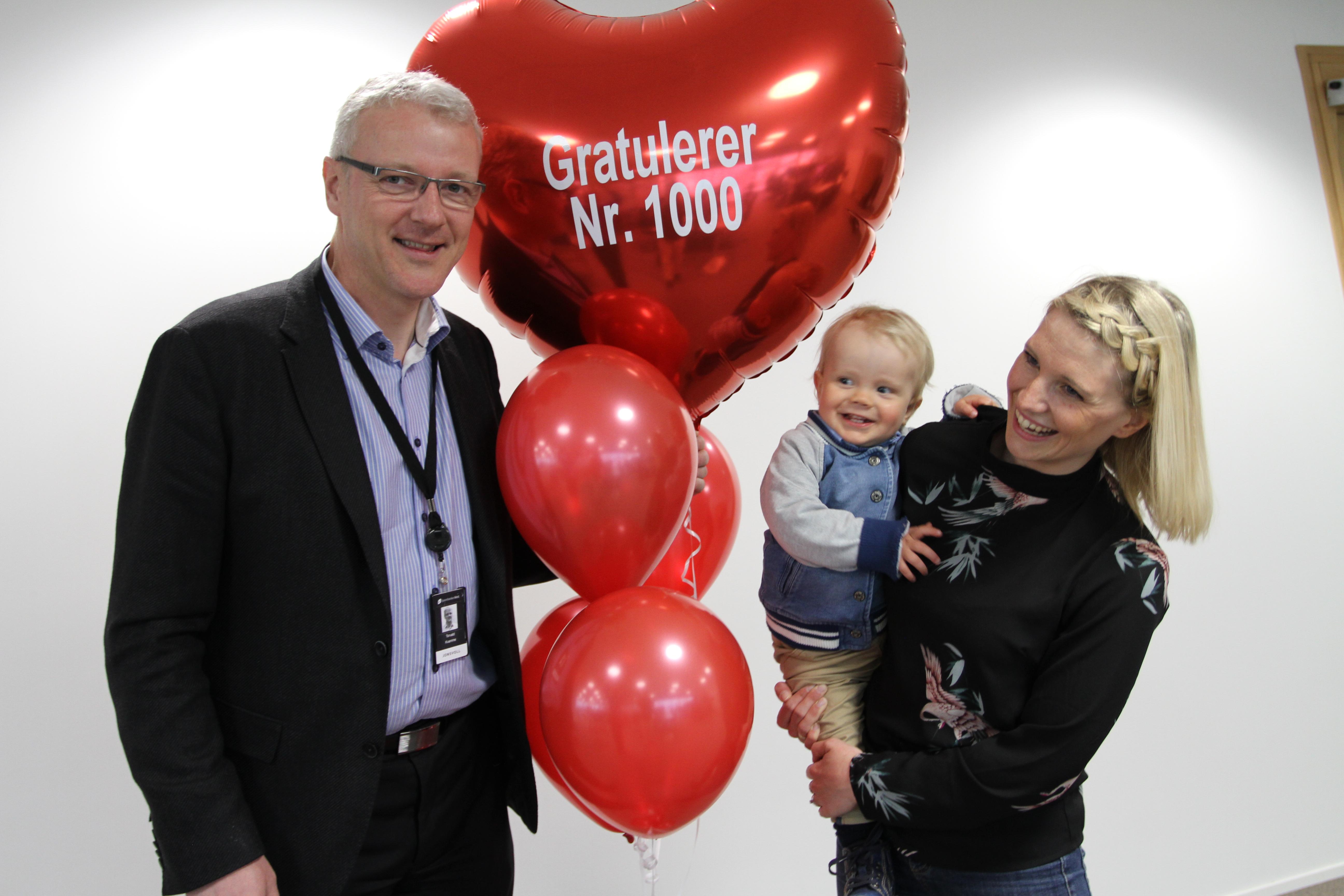 Kun 18 dager etter at Torvald Kvamme og hans team gjorde det mulig å opprette nye barnekontoer fra bussen elelr sofakroken var kunde nr 1.000 på plass. Aldri har kundene strømmet raskere til Sparebanken Vest (Foto: Sparebanken Vest)