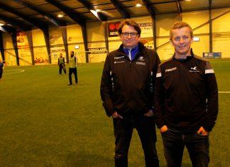 – Et av høydepunktene for spillerne på gatelaget er hver gang noen av A-lagsspillerne stikker innom treningene i Haugarhallen, sier samfunnsansvarlig i FK Haugesund, Kjell Åge Kallevik, og trener Terje Hestvik fra Haugar.