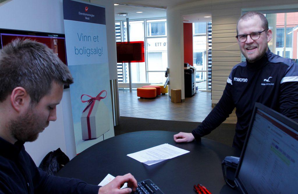 I garderoben fikk FK Haugesunds nye trenerutvikler Klaes Rasmussen tipset om at Sparebanken Vest var banken hvor han burde opprette sin norske konto.