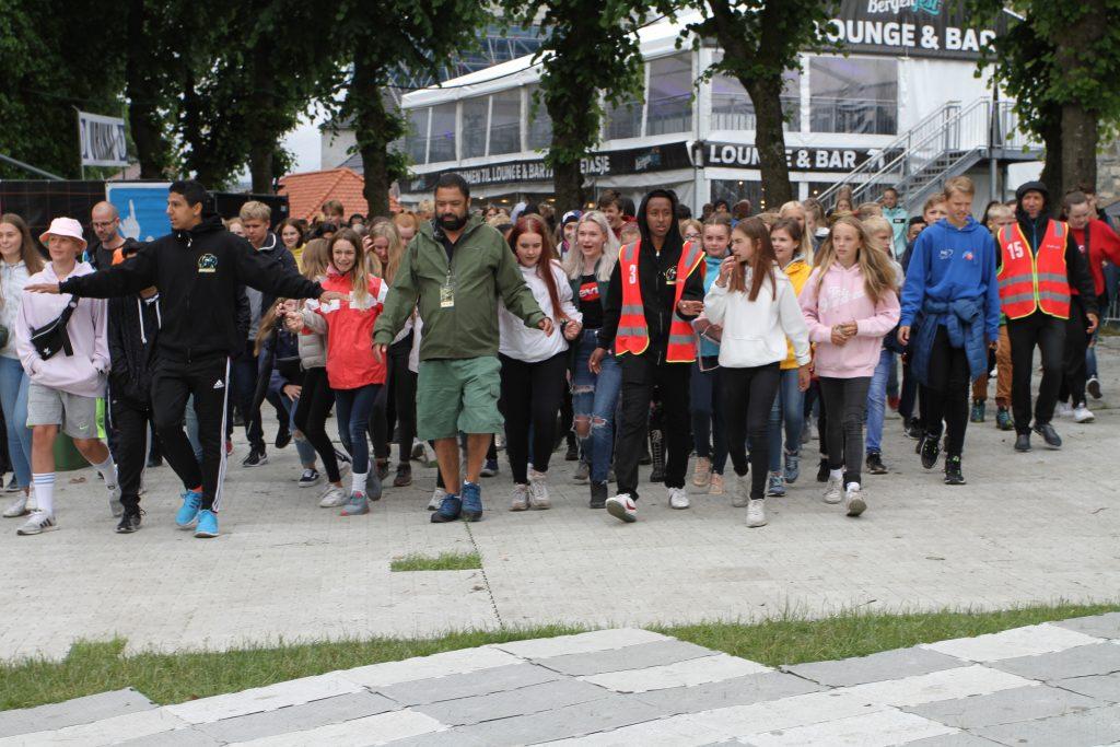 De mest ivrige ungdommene på vei mot scenekanten, men Bergenfest-vaktene sørget for at det skjedde i ordnede former.