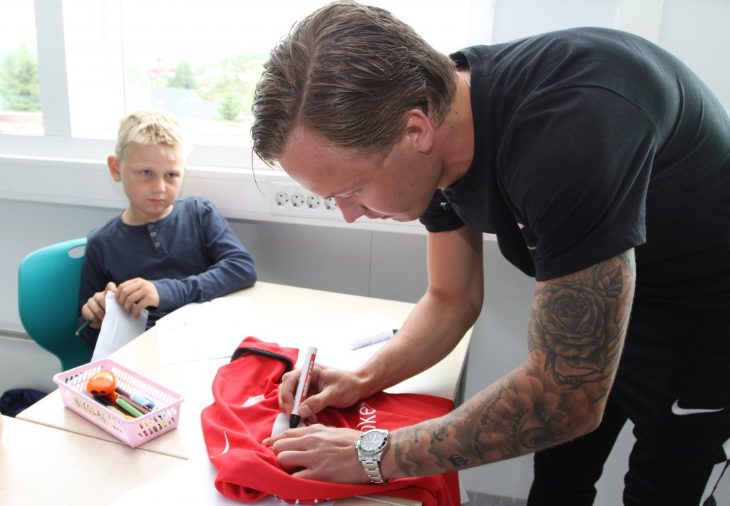 Først ble ni år gamle Nikolai Pedersen helt målløs. Deretter ble han til et stort smil. (Foto: Sparebanken Vest)