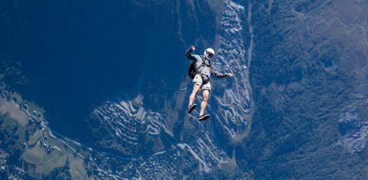 Joachim Staal har full oversikt over Vossebygden, enten det er som fallskjermhopper eller som eiendomsmegler.