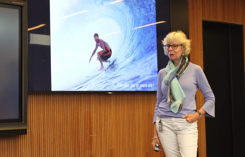 Thora Lou Haavik foreleser om hvordan å identifisere komplekse adaptive endringer. Det handler om å se den kommende bølgen før den treffer. (Foto: Sparebanken Vest)