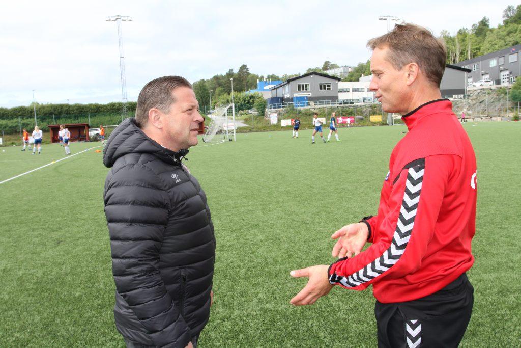 «Toppfotballsamarbeid Vest» blir et samarbeid mellom bredde og elite. Her styreleder Pål Hansen i Sandviken toppfotball og sportslig leder Ingolf Stene Vik i Gneist. (Foto: Sparebanken Vest)