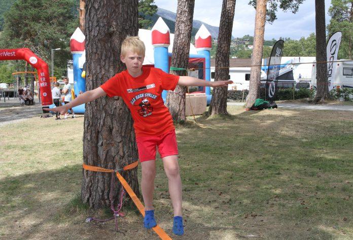 Full konsentrasjon frå 10 år gamle Oliver på slakk line. (Foto: Sparebanken Vest)