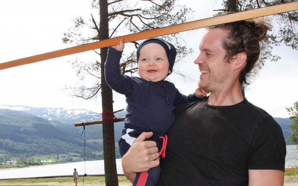 Pappa Nikolai passar på at Severin Øren Sele (nyleg 1 år) venter med å prøva seg på dei store utfordringane, sjølv om minstemann gløttar entusiastisk opp på slakk-lina.