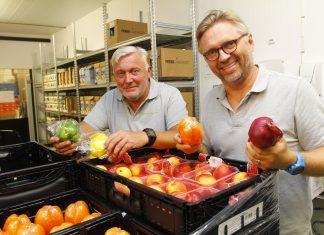 Lagersjef Åge Nilsen og daglig leder Olav Berg i Matsentralen i Bergen har nettopp mottatt et parti med friske grønnsaker frukt og bær av helt topp kvalitet.