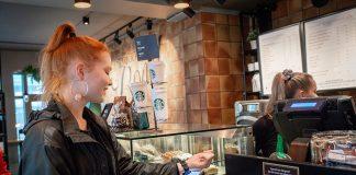 Siren Bjorøy (15 år) tester ut klokkebetaling på sin favorittcafe Starbucks