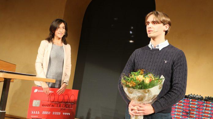 Halvard Brundtland mottok vinnerbeløpet på 10.000 kroner fra juryleder Siri Lill Mannes. (Foto: Sparebanken Vest)