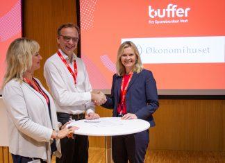 Daglig leder Nina Jahnsen og Partner Dagfinn Søvik i Økonomihuset signerte første partnerskapsavtale med partnerskapsansvarlig Beate S. Korsøen i Sparebanken Vest (Foto: Sparebanken Vest)