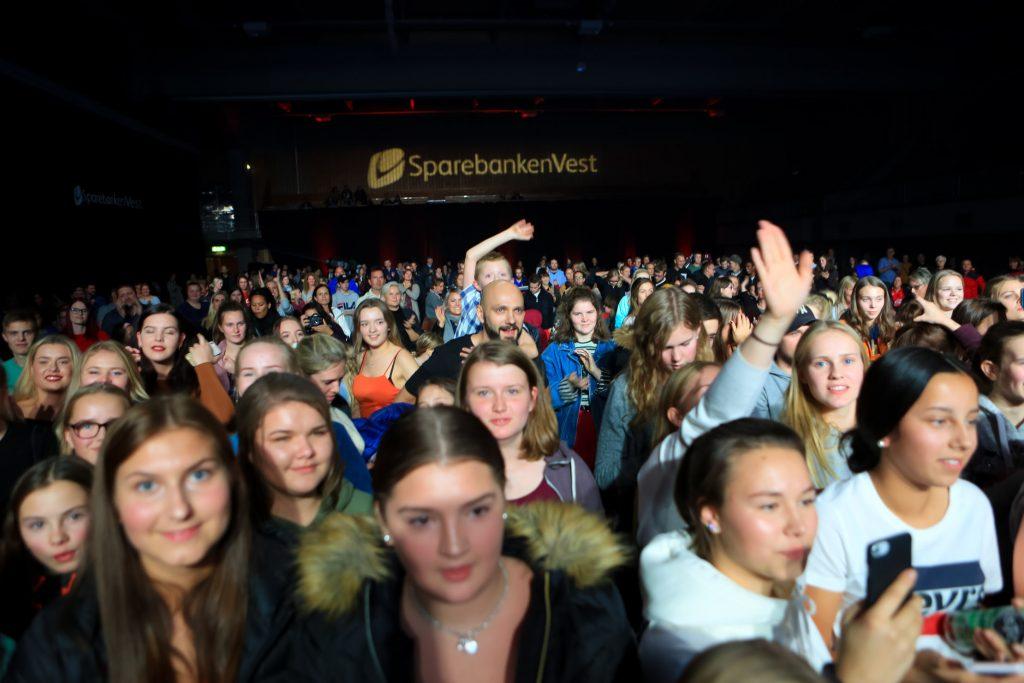 Til saman vart det delt ut 1 million kroner i gåver frå Sparebanken Vest under gratiskonserten «Hjartebank for Sunnfjord».