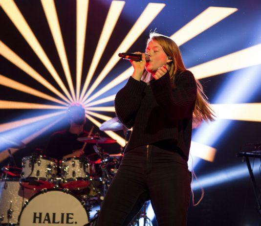 Artisten Halie er et trekkplaster på samtlige Hjertebank-konserter i høst. Her i Måløy, men hun skal også være med i Bjørnafjorden 1.november og på Voss 8. november. Foto: Sparebanken Vest.