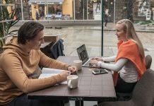 Studenter på kafé med kredittkort