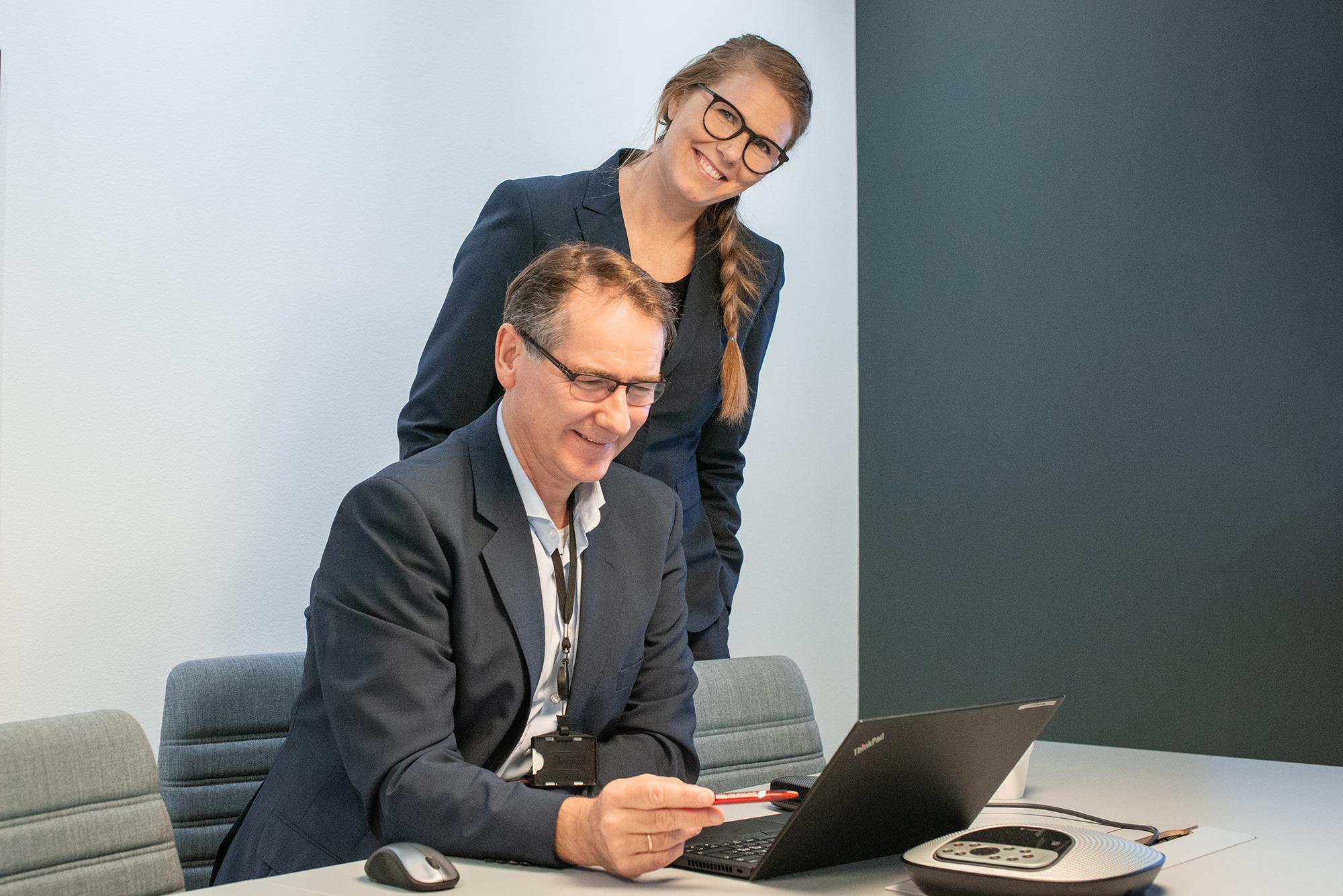 Bård Hansen er ivrig veileder for alle våre kunderådgivere. Her sammen med som jobber på Jonsvoll i Bergen sentrum. (Foto: Sparebanken Vest)