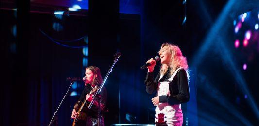 De to unge Os-jentene Zofia Konieczka og Frida Solheim imponerte på scenen under «Hjartebank for Bjørnafjorden». Foto: Silje Lepsøy.