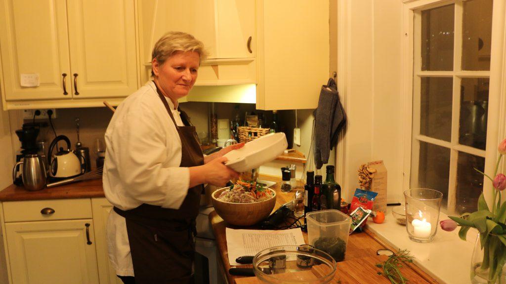 Kokk Hanne Frosta (tidligere kjent som «Hanne på Høyden), lærer bort sin rødbet-suppe.