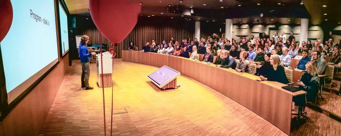 Fullsatt auditorium når komiteen sparket i gang konferansen