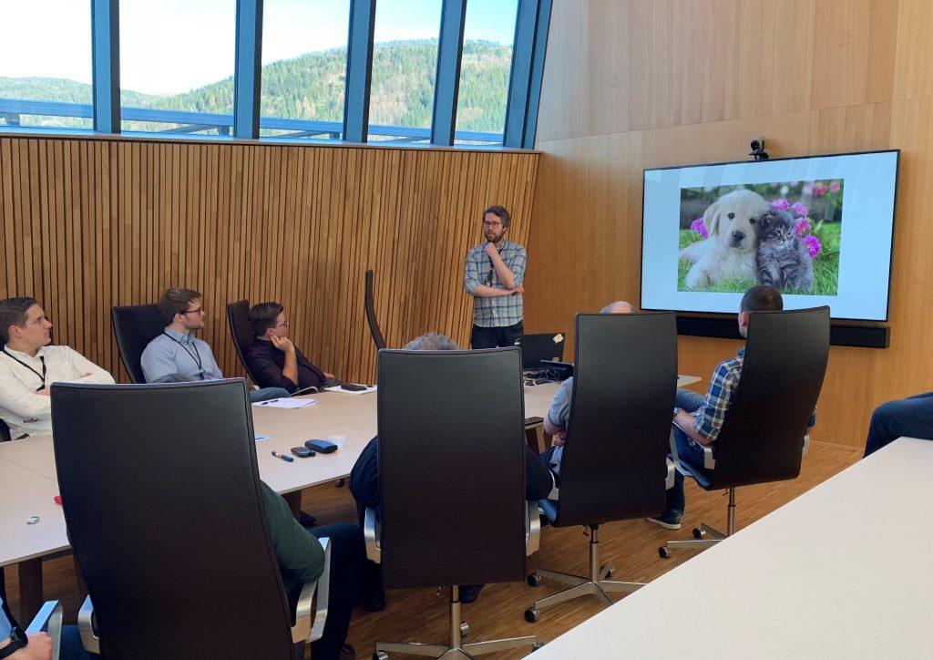 Enhver teknologikonferanse med respekt for seg selv har presentasjoner med bilder av søte dyr. Her med Johannes Fauske som lærte oss om GraphQL.