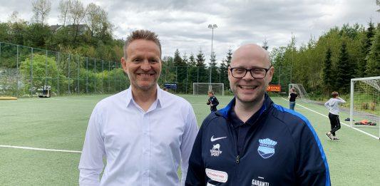 Jan Erik Kjerpeseth, konsernsjef i Sparebanken Vest og Pål Hafstad Thorsen i Sædalen IL