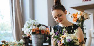 Dame som jobber i blomsterbutikk