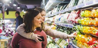Kvinne og datter handler på butikken